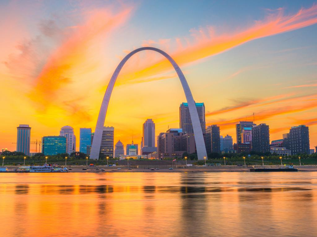 St. Louis, Missouri skyline with the Gateway Arch in the middle at sunset.
