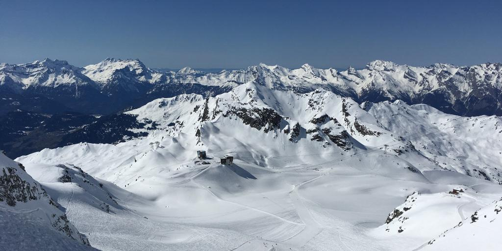 A wide open piste with only a few people on it in Verbier