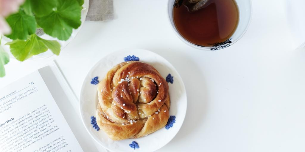 Swedish fika - kanelbulle and tea