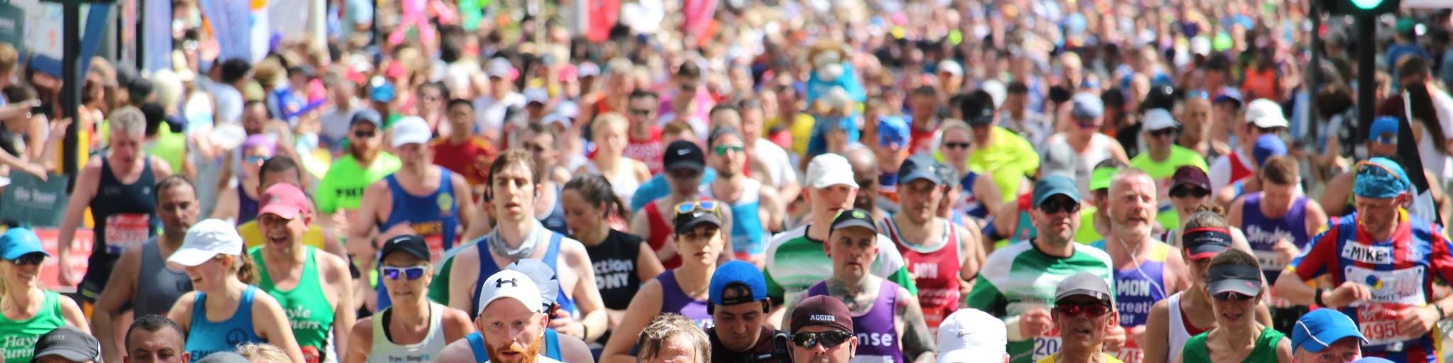 Hundreds of runners at the London Marathon on a sunny day