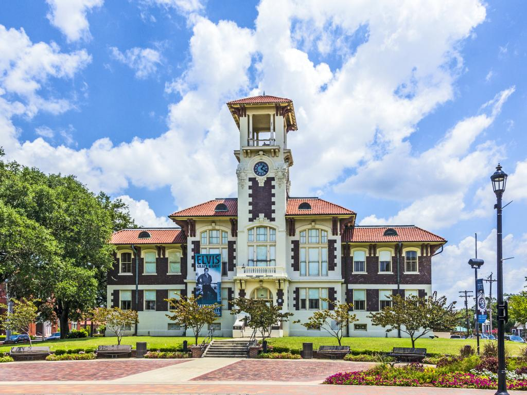 The 1911 Historic City Hall in Lake Charles is a public art gallery and hosts travelling exhibitions.