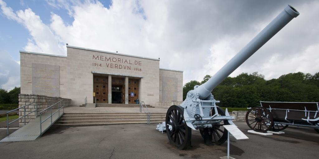 The rectangular outside of the Verdun Memorial, France, with a WW1 heavy gun in front of it